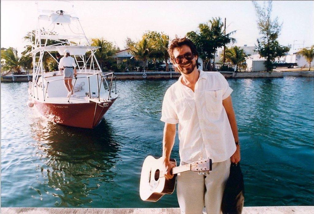 Джон Карлтон с гитарой